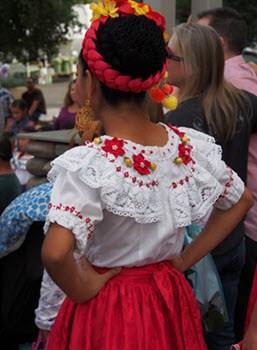 flora y su ropa en quechua